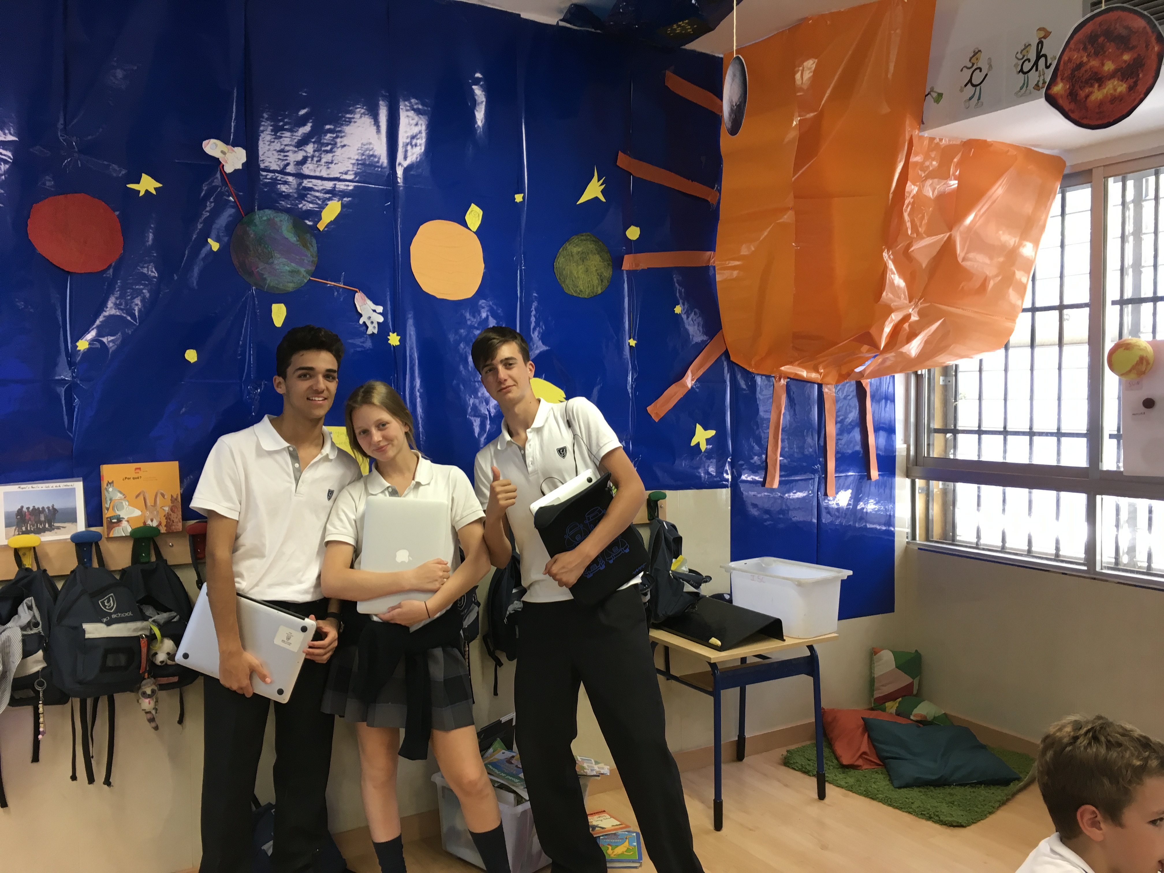 Proyecto del Universo: Secondary 4 teaches Infant 5